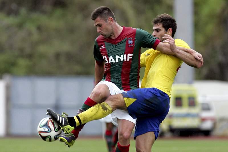 Bruno Gallo disputa a bola com Joel