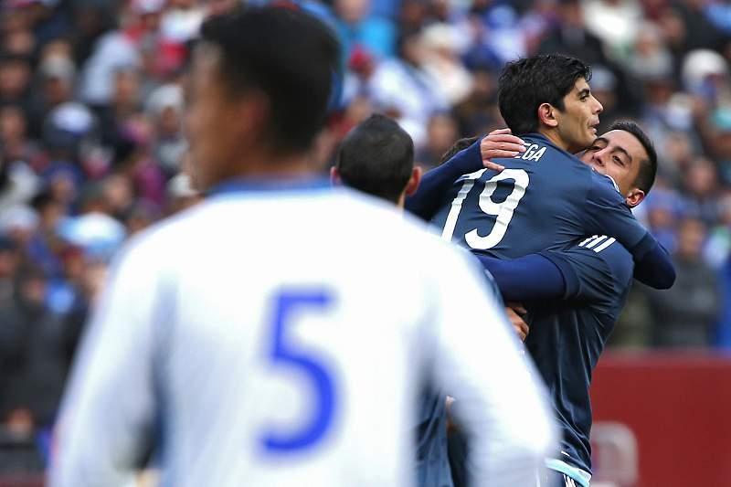 Ever Banega celebra um golo diante de El Salvador