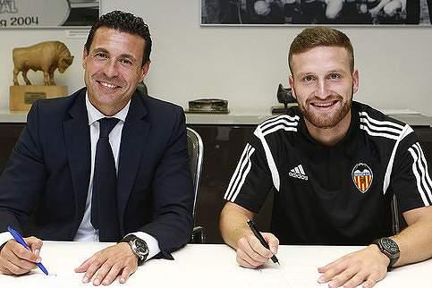 Mustafi assina pelo Valencia