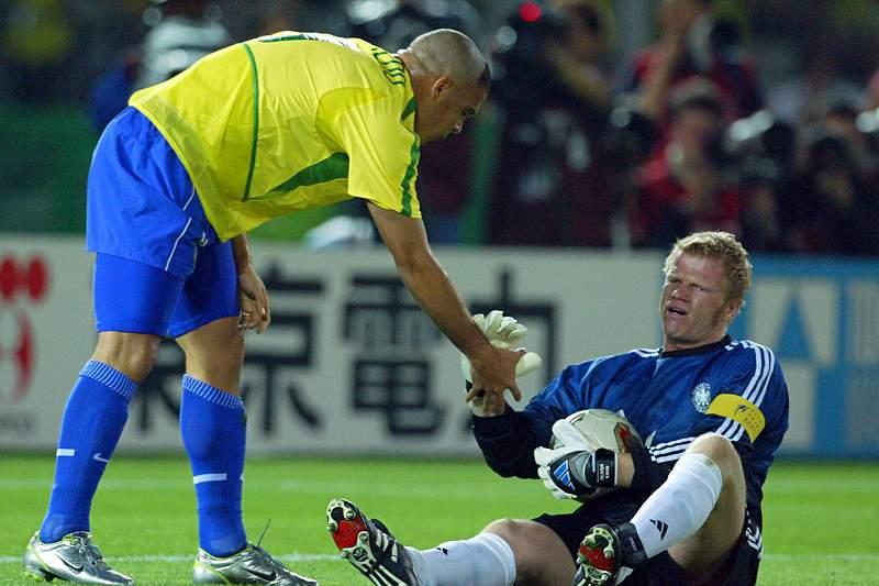 Ronaldo cumprimenta Oliver Kahn