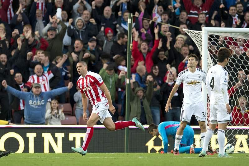 Jonathan Walters celebra golo frente ao Swansea City