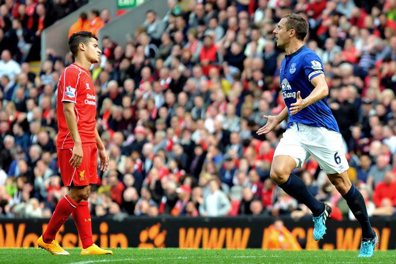 Phil Jagielka do Everton celebra golo em Anfield Road