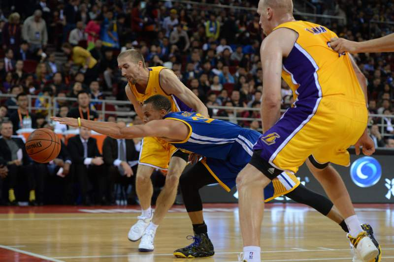 Lakers batem líderes da NBA Warriors, mesmo com Kobe a descansar