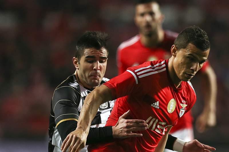 Zé Manuel disputa a bola com Lima na Luz
