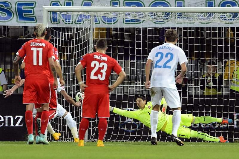 Sommer tenta travar um penálti num jogo frente a Eslovénia
