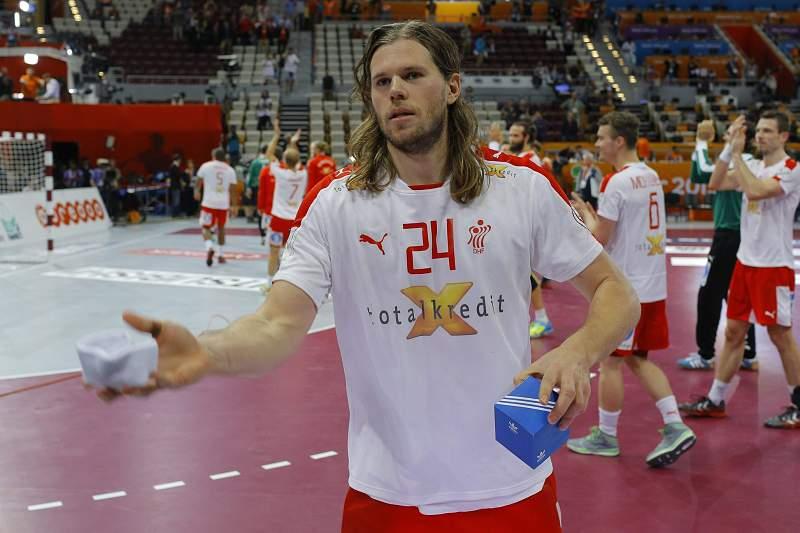Mikkel Hansen oferece a fita usada no jogo a um adepto