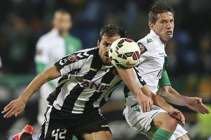 Adrien disputa a bola com Tiago Rodrigues
