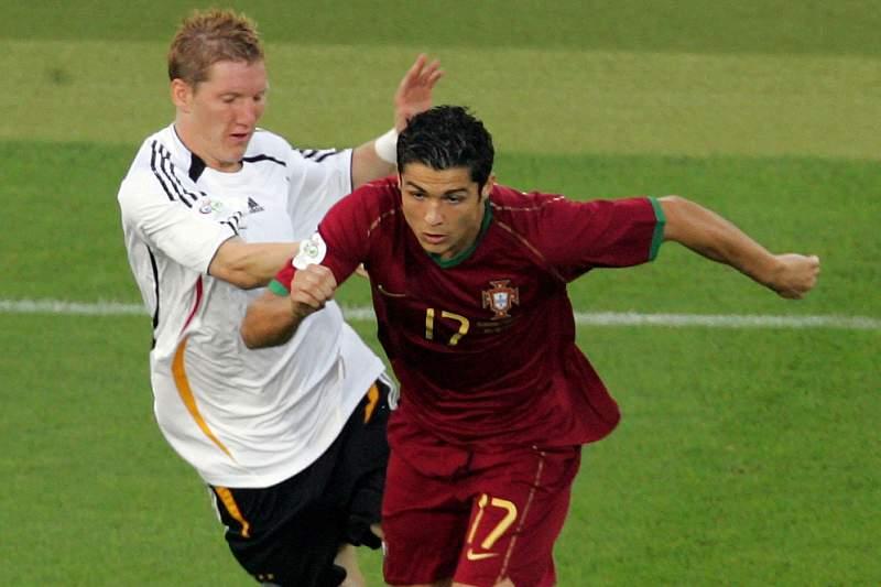 Cristiano Ronaldo disputa a bola com Bastian Schweinsteiger