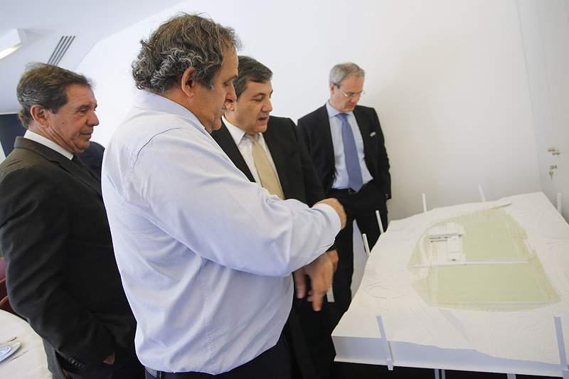 Michel Platini esteve, esta quinta-feira, na Sede da FPF, onde teve a oportunidade de revisitar a história da instituição, que completa este ano o seu centenário, e inteirar-se do projeto da Cidade do Futebol. Momentos antes, o presidente da UEFA ,