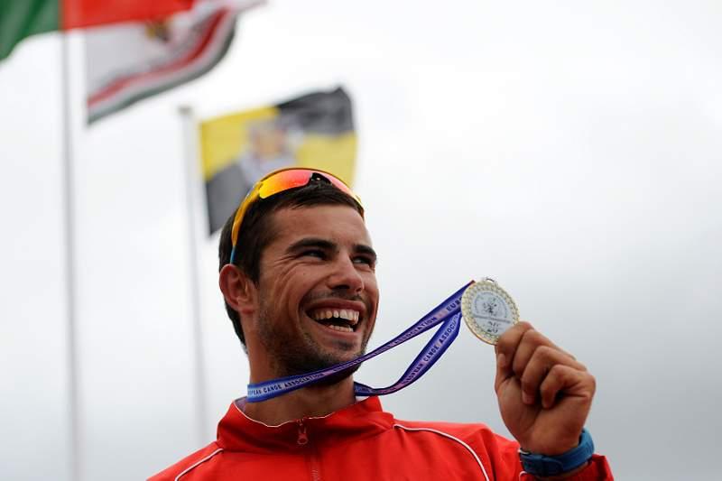 fernando_pimenta_800_533_mostra_medalha_londres_jogos_olimpicos.jpg