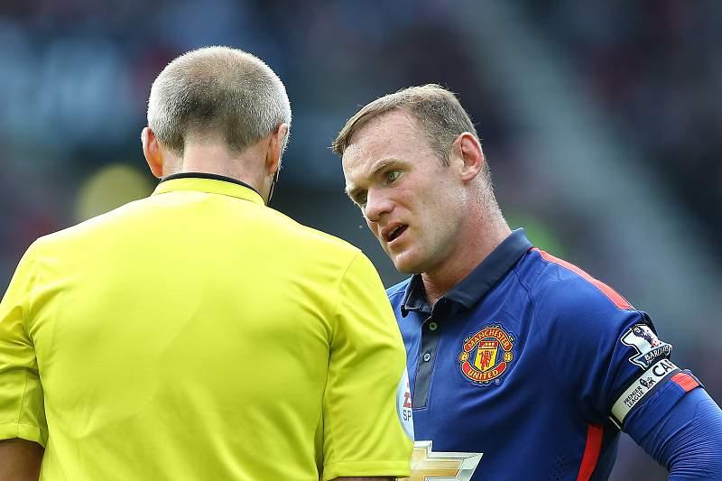 Rooney reclama com o árbitro