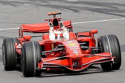 Primeiros sinais de vitória de Raikkonen ainda dentro da pista.
