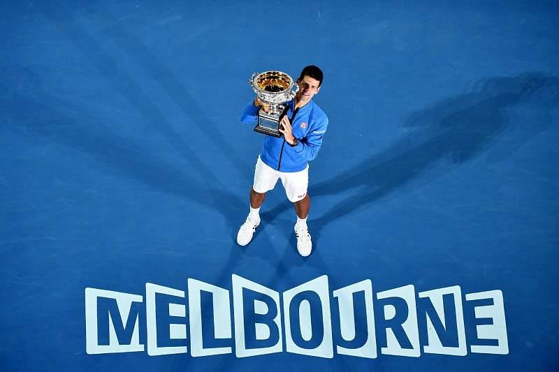 Novak Djokovic celebra com o troféu