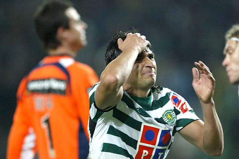 Carlos Bueno celebra um dos golos a Diego Benaglio