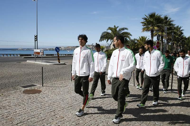 Jogadores portugueses passeiam junto à Marginal