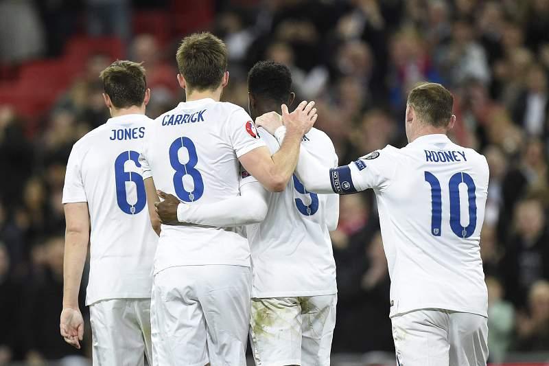 Danny Welbeck celebra um golo pela Inglaterra com Carrick, Rooney e Jones