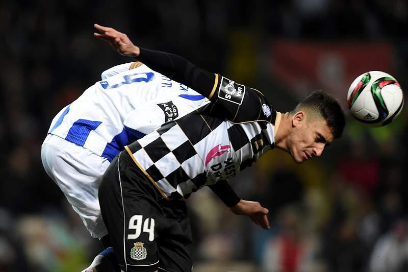 Philipe Sampaio disputa a bola com Jackson Martínez