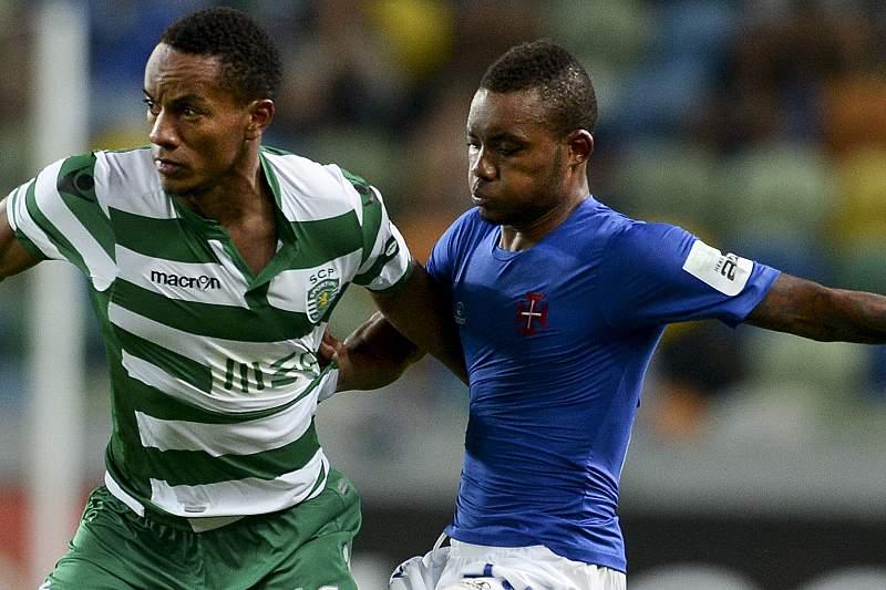 Nélson disputa a bola com Carrillo em jogo do campeonato nacional