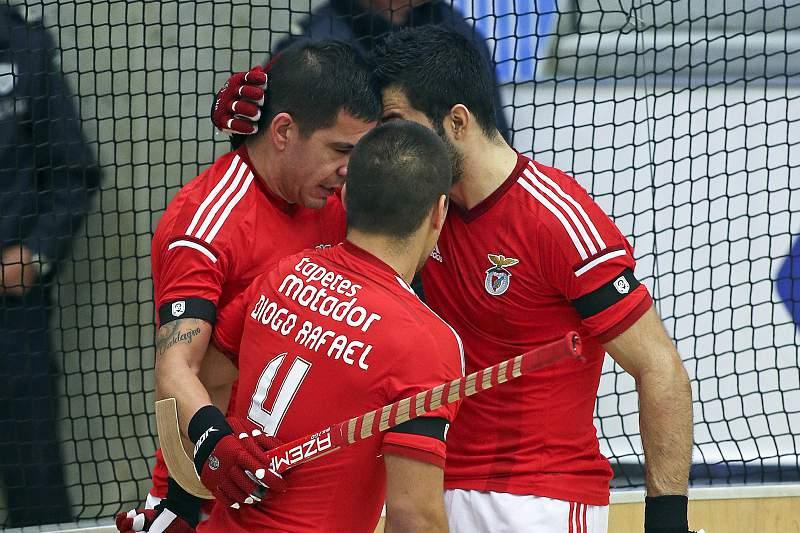 Carlos Nicola celebra golo com os colegas