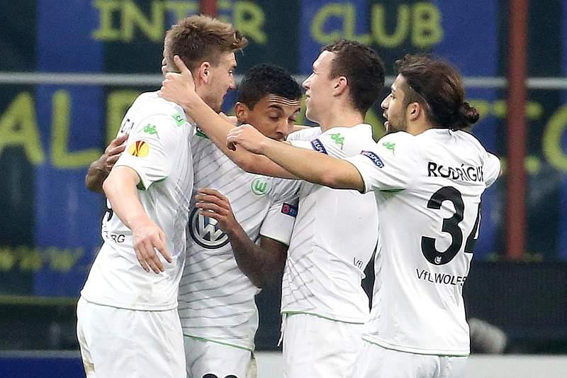 Jogadores do Wolfsburgo celebram golo na casa do Inter