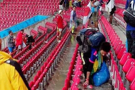Japoneses limpam lixo do Arena Pernambuco