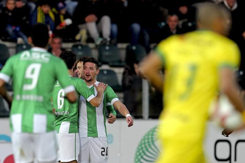Pedro Moreira (D), festeja com os seus companheiros de equipa