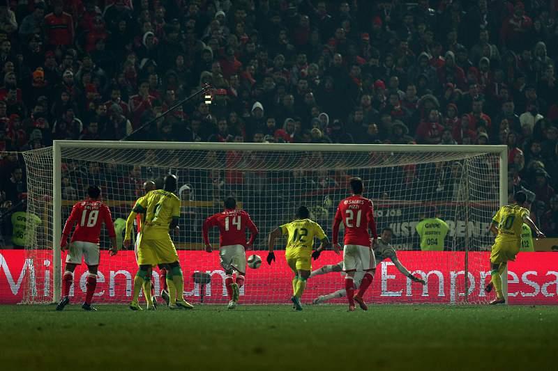 Sérgio Oliveira marca a grande penalidade diante do Benfica