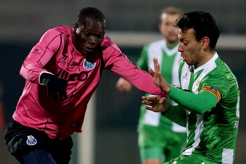 Roderick Miranda e Aboubakar disputam a bola