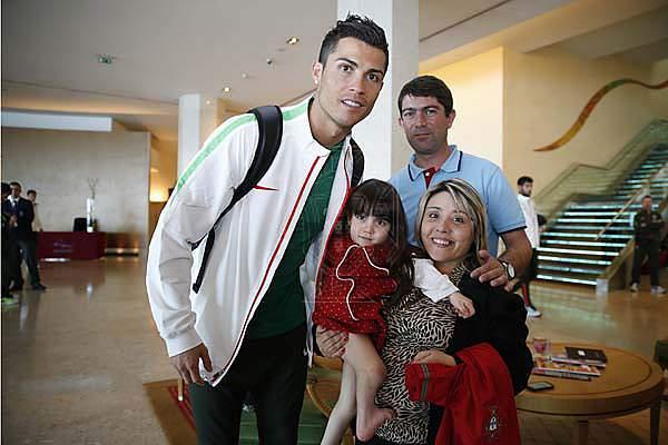 Ronaldo em gesto solidário com crianças