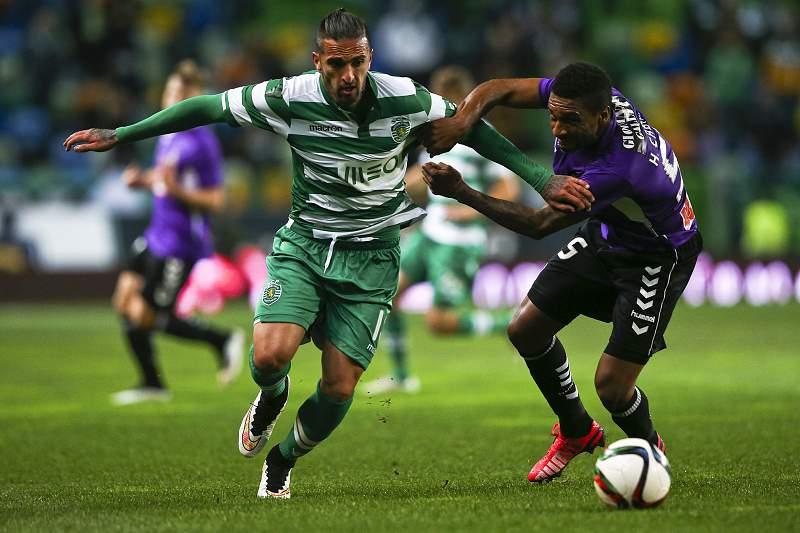 Miguel Lopes disputa a bola com Hélder Cabral