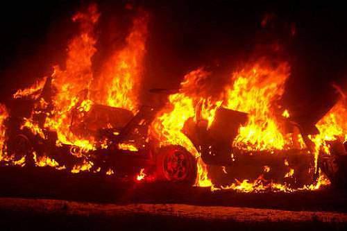 Carro de árbitro incendiado