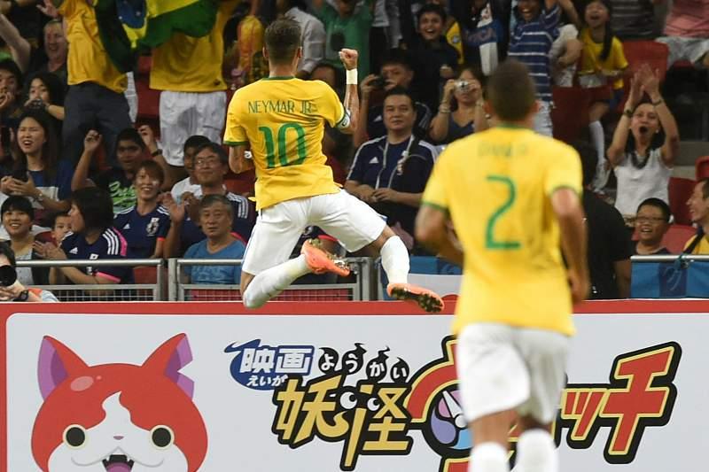 Neymar celebra um golo frente ao Japão