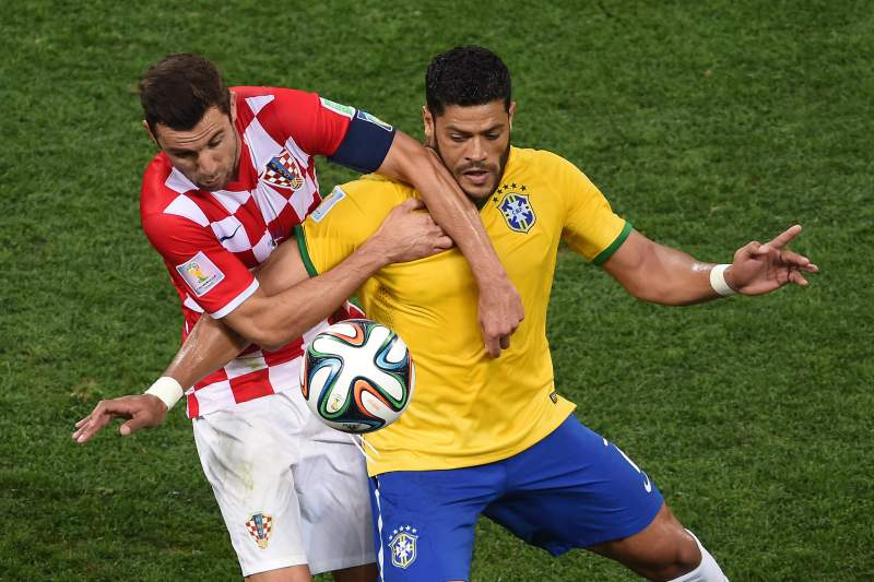 Hulk luta pela posse de bola com Darijo Srna
