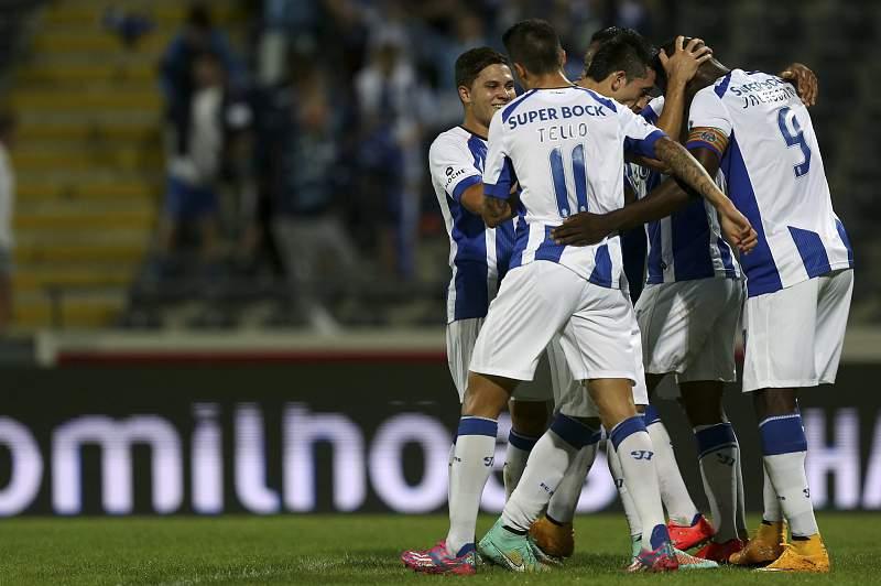 Jogadores do FC Porto celebram o golo em Arouca