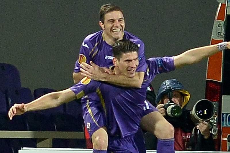 Mario Gomez marca pela Fiorentina