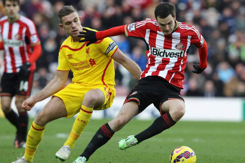 Adam Johnson (D) no jogo contra o Liverpool