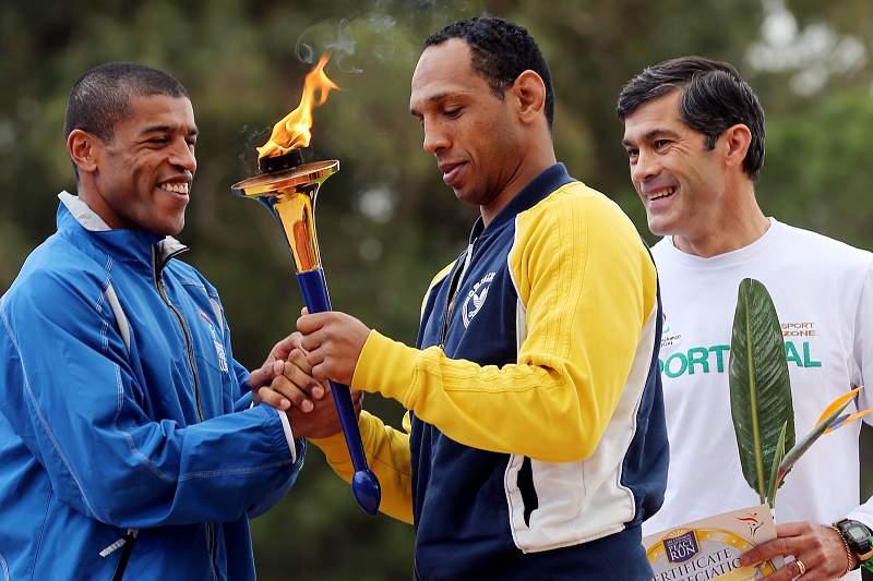 Jorge Pina (E) Nuno Delgado (C) chega com a Tocha da Peace Run ao Estádio Universitário em Lisboa