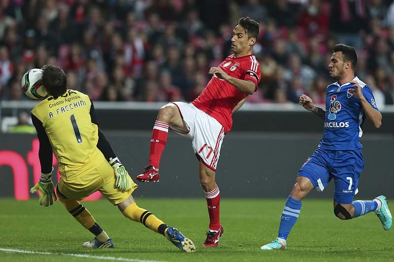 Jonas em disputa de bola com Facchini