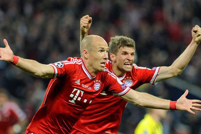 Robben festeja goloo com Mueller
