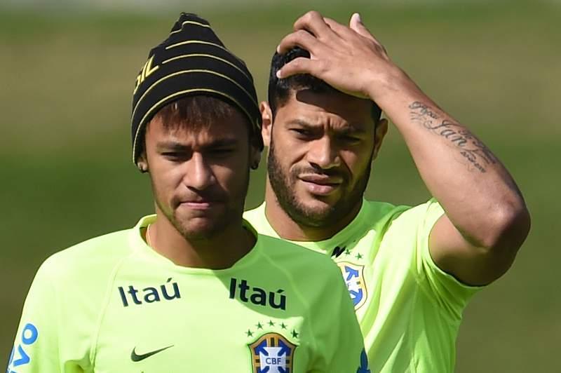 Neymar e Hulk numa sessão de treinos do Brasil