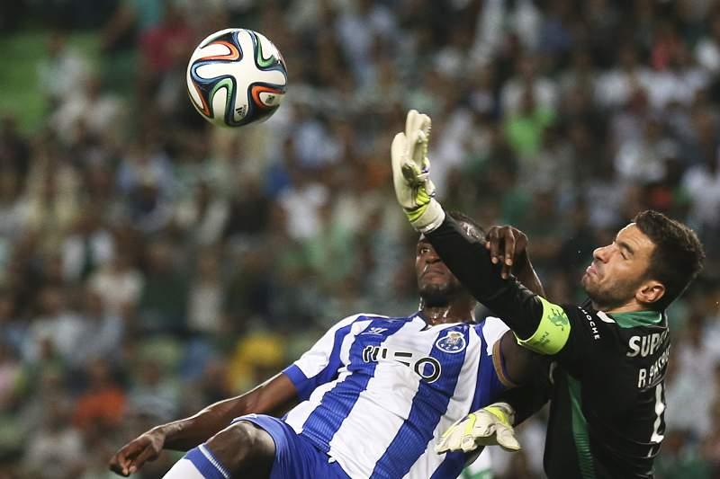 Rui Patrício disputa a bola com Jackson