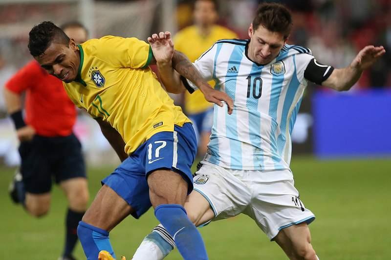 Messi e Luiz Gustavo disputam a bola