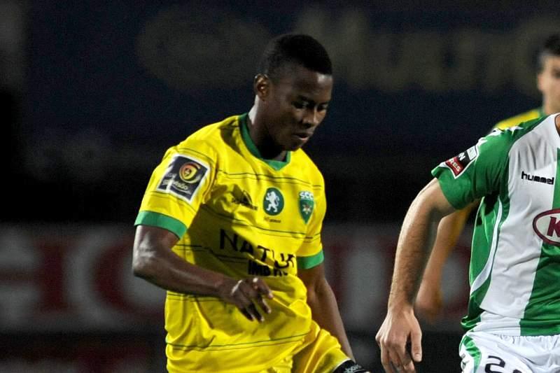 Alex Kakuba assina pelo Estoril