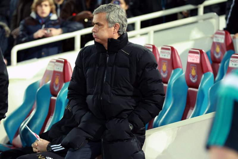 Mourinho sofreu no banco do Chelsea