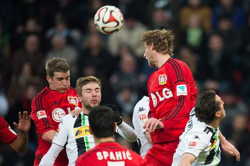 Lars Bender e Kiessling disputam a bola