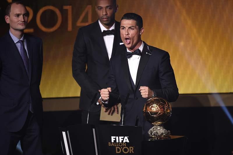 Cristiano Ronaldo grita no momento de receber a Bola de Ouro