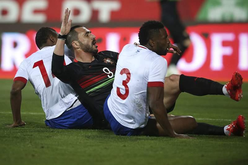 Hugo Almeida disputa a bola com Fernando Varela e Gegê
