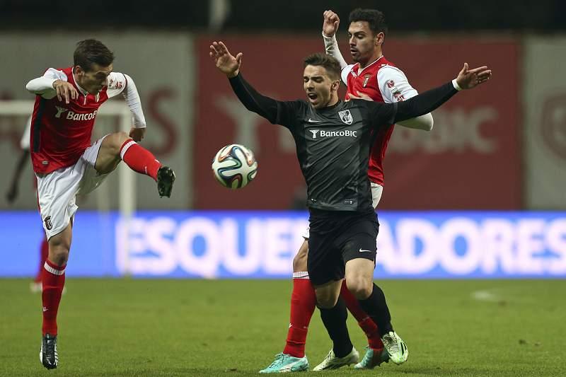 Pedro Santos e Tiago Gomes disputa a bola com Tomané