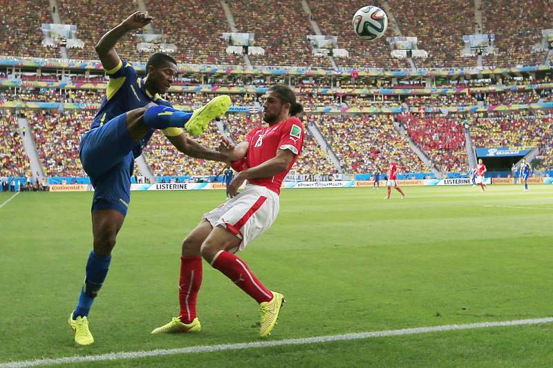 Antonio Valencia e Ricardo Rodriguez lutam pela bola
