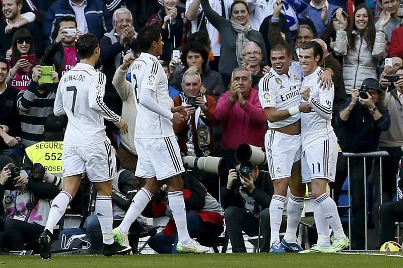Gareth Bale celebra golo marcado com os colegas de equipa